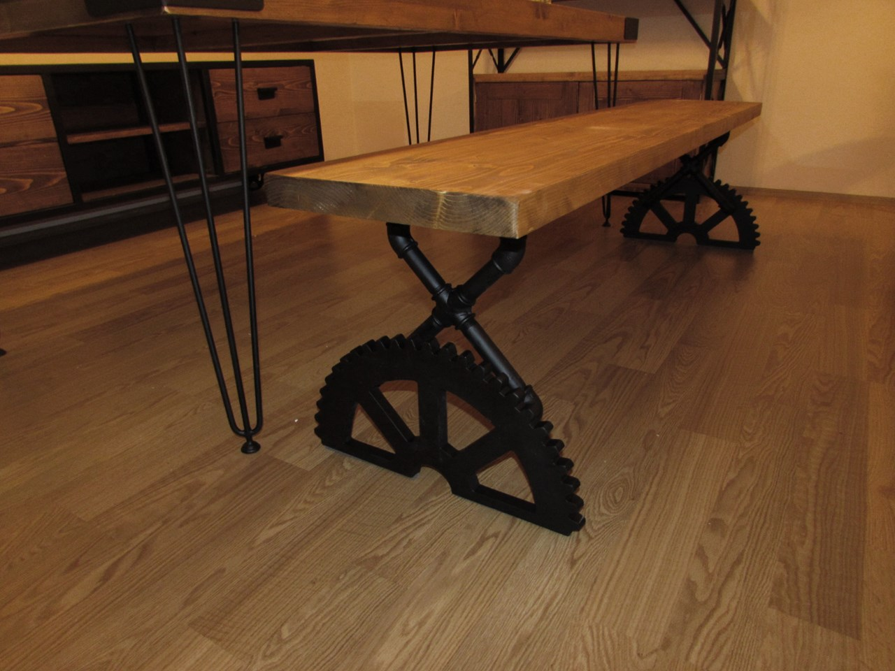 Banger Bench with Gearwheel Legs'in resmi