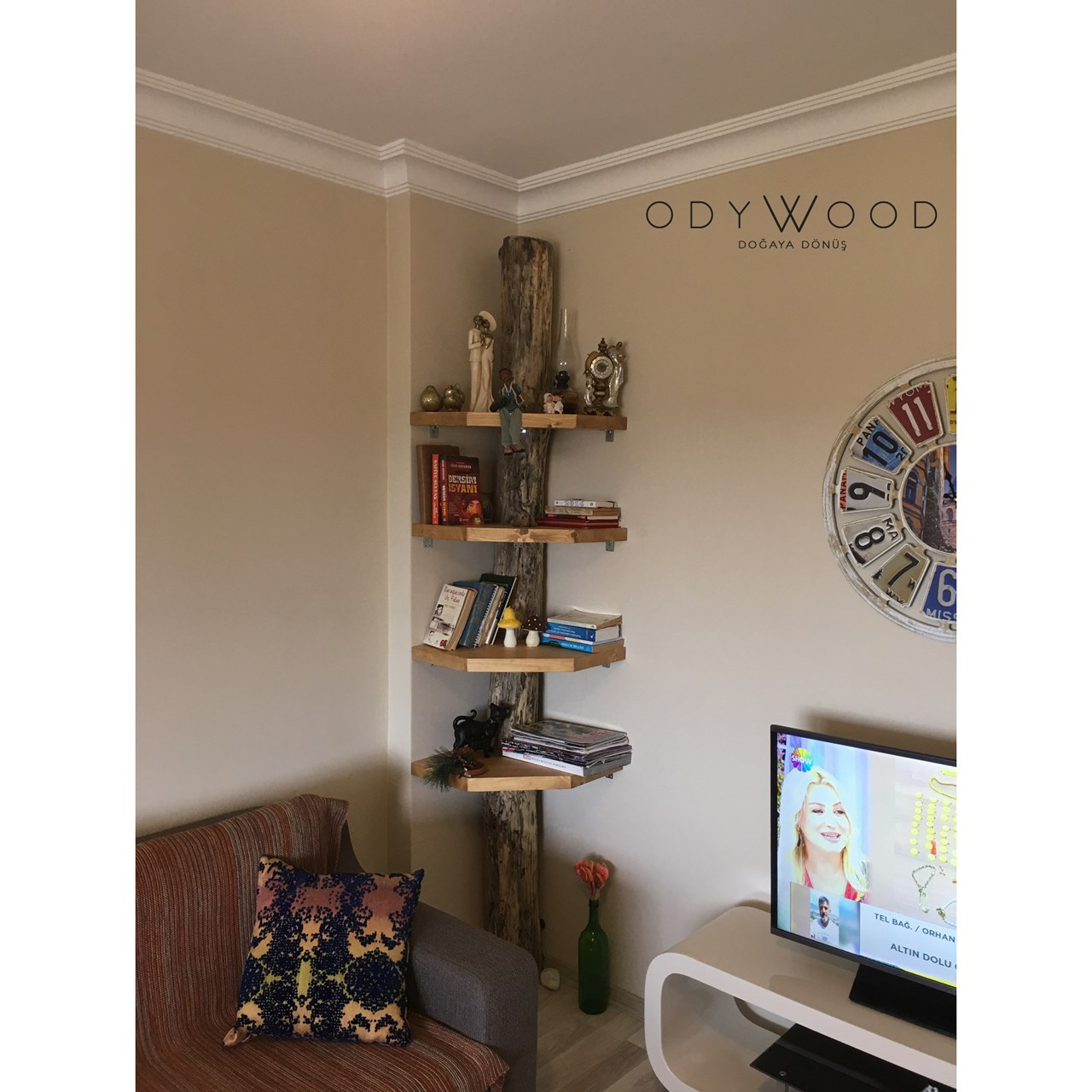 Wood Slab Corner Bookcase'in resmi