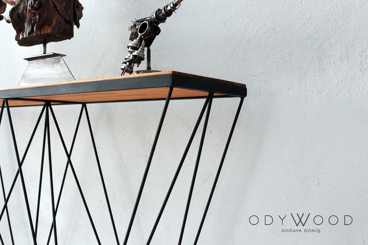 Spacy Console with Wood Table'in resmi
