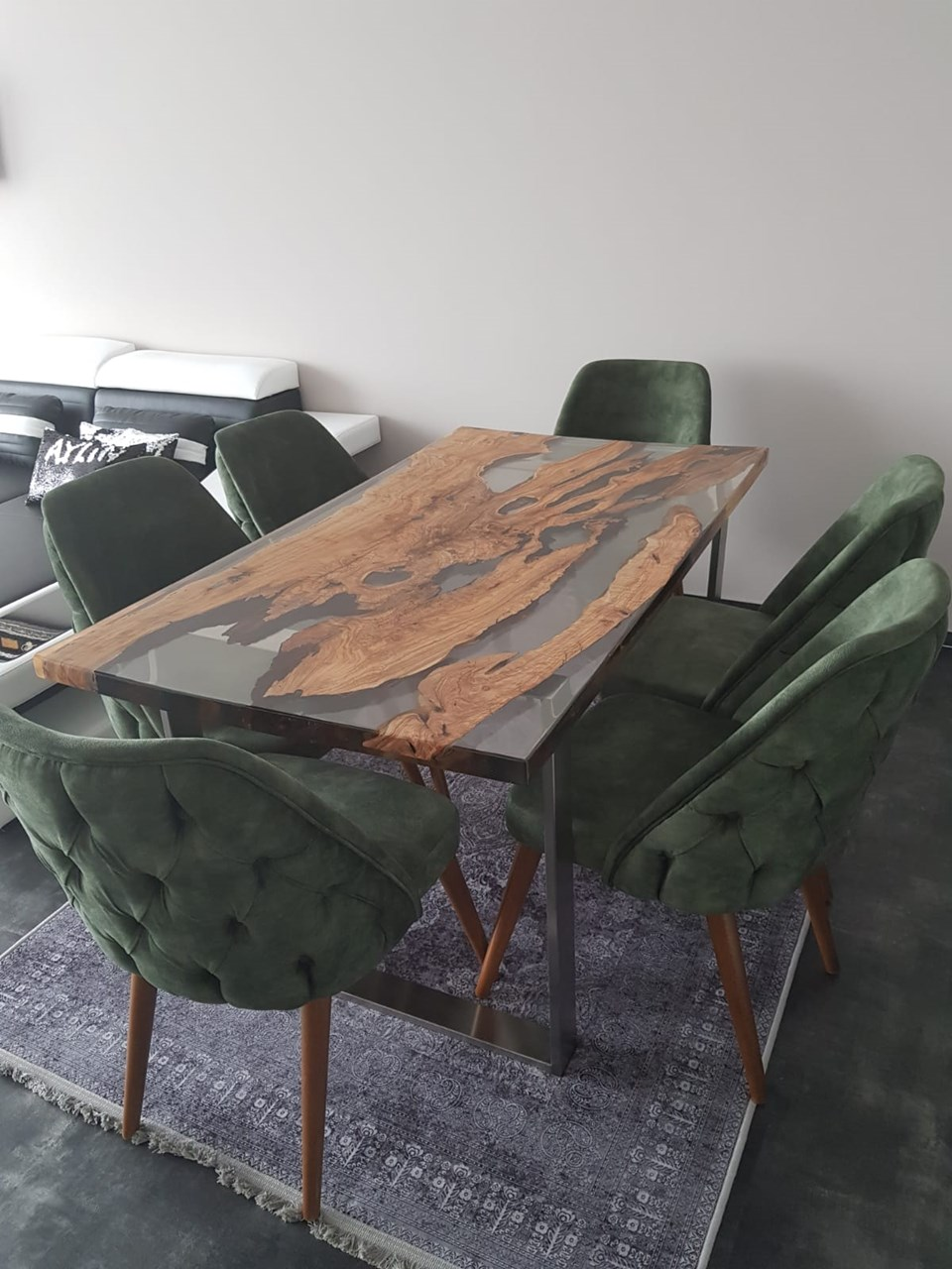 Olive Wood Epoxy Resin Dining Table'in resmi