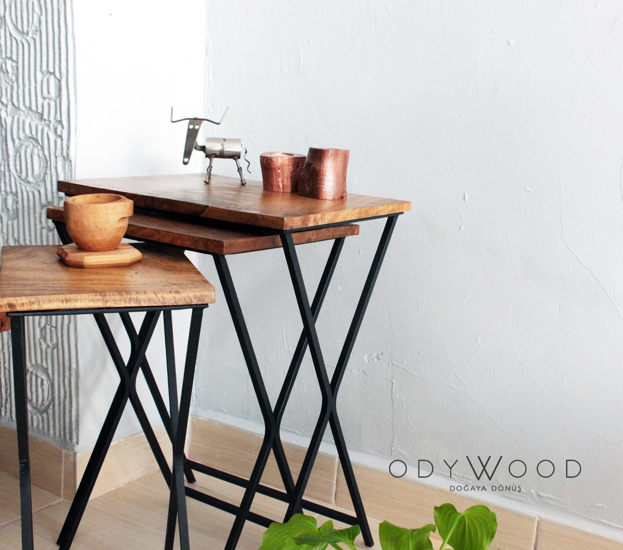 Walx Walnut Wood Side Table'in resmi