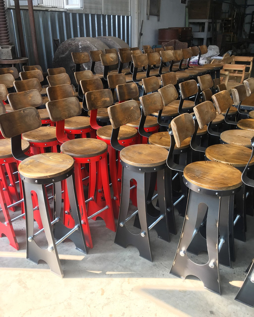 Bridge Industrial Bar Stool'in resmi