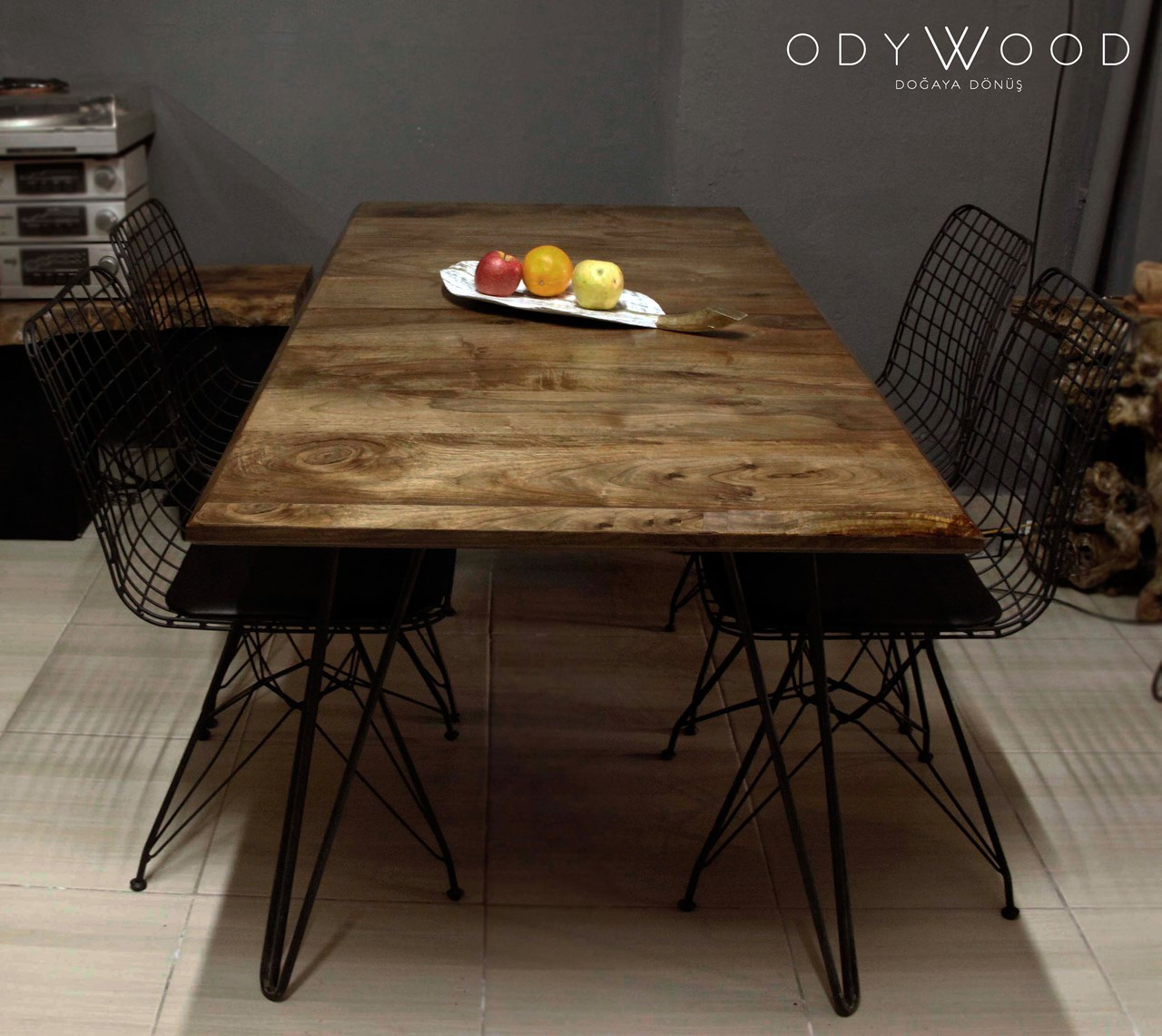London Natural Walnut Table'in resmi