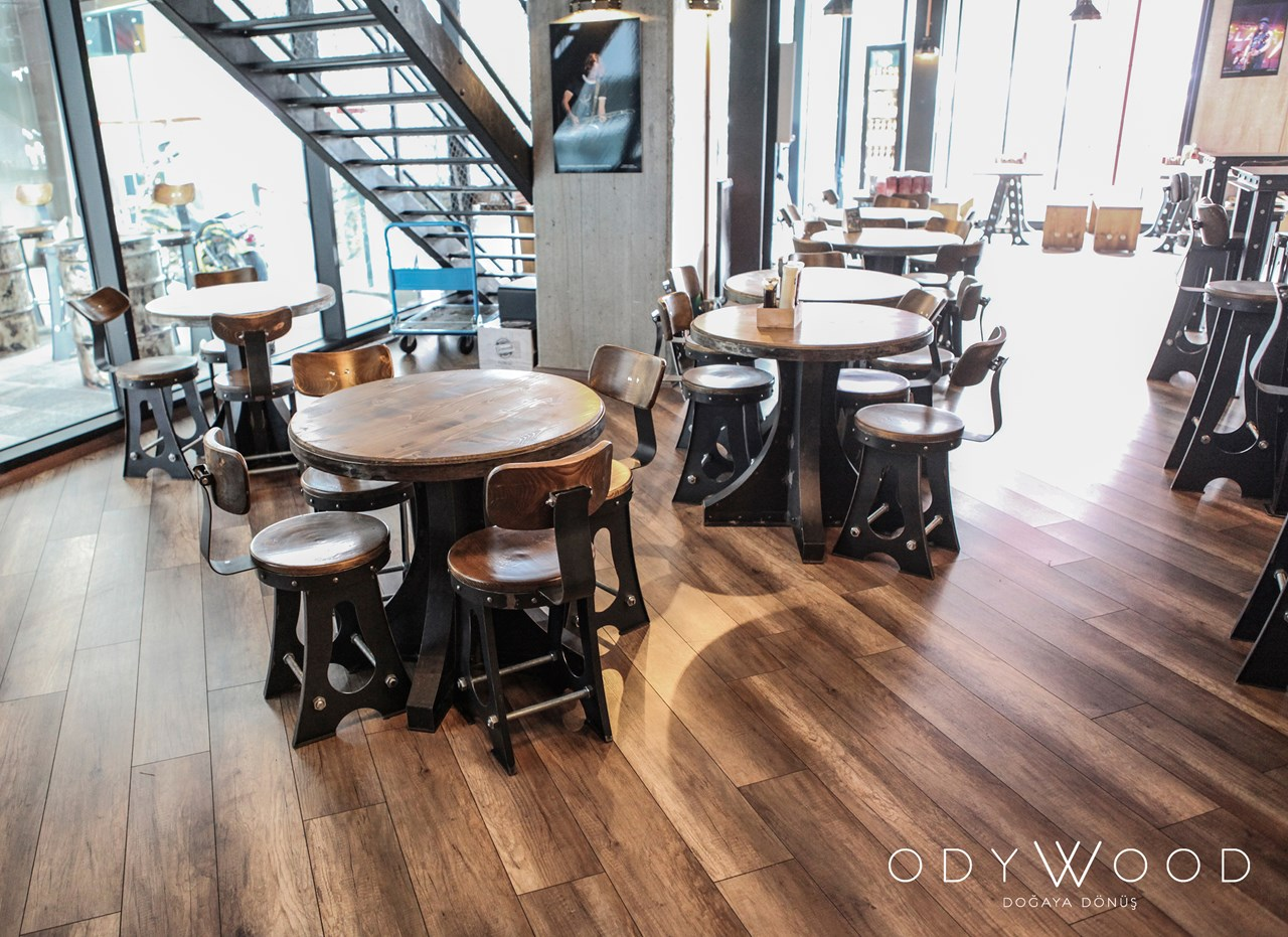 Gotham Industrial Dinner Table'in resmi