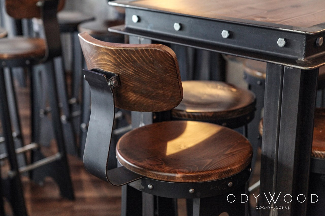 Bato Industrial Bar Table'in resmi