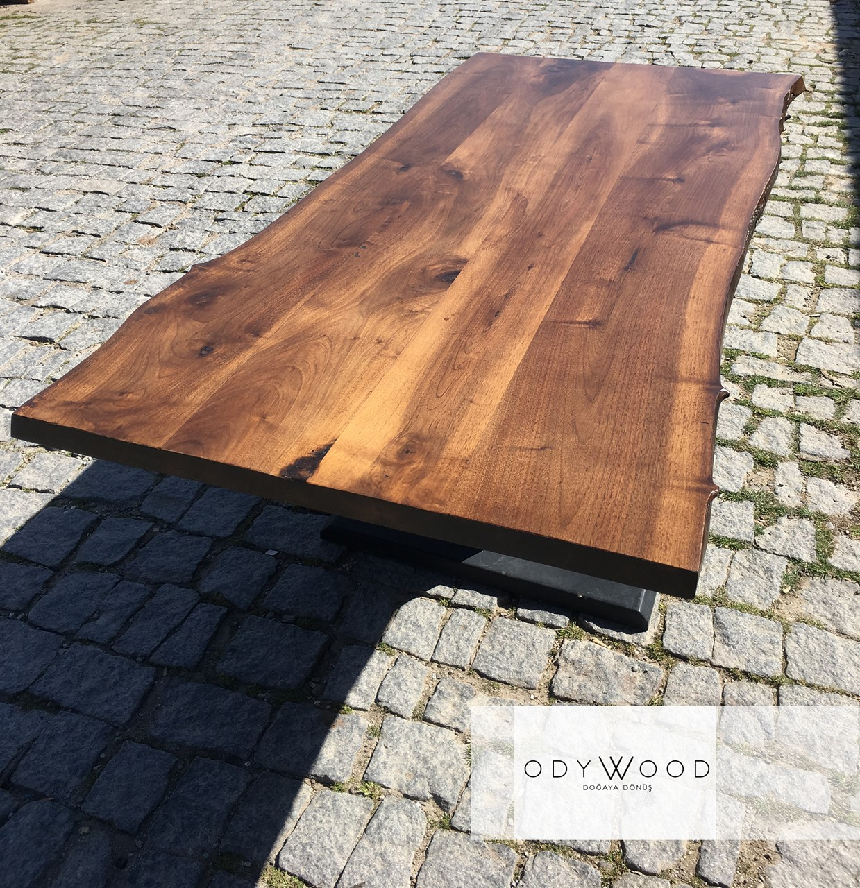 Walnut Wood Dining Table'in resmi