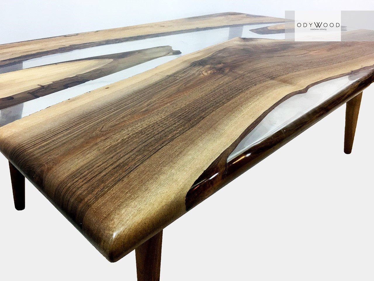 River Epoxy Resin Walnut Coffee Table'in resmi