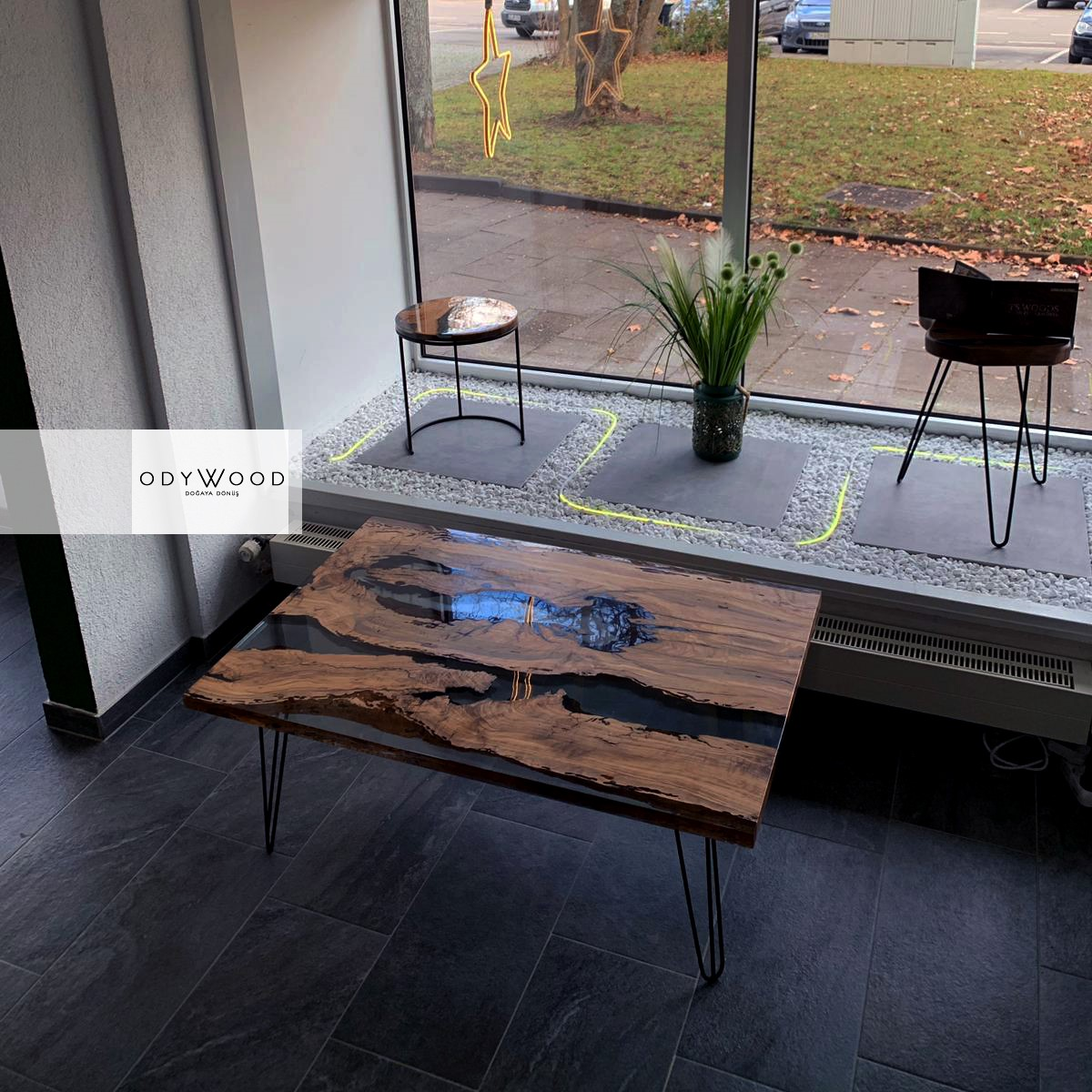 Transparent Resin Coffee Table - Olive Wood Slabs'in resmi