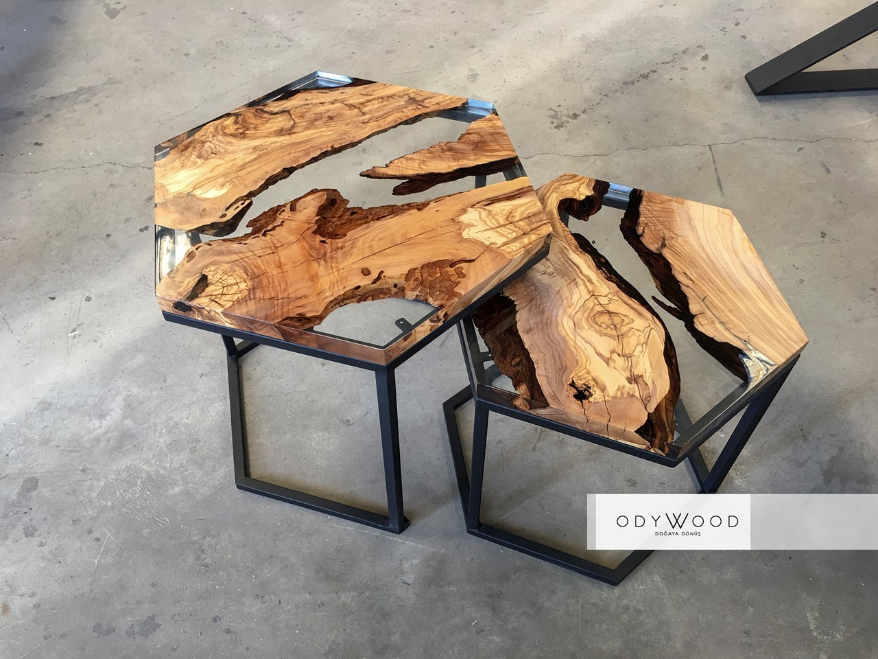 Hexagon Epoxy Resin Olive Wood Coffee Table'in resmi